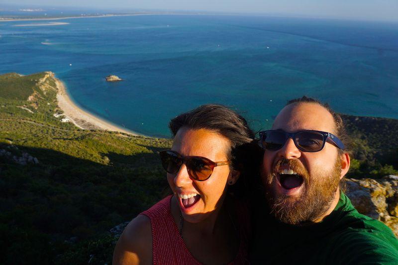 Felices en uno de nuestros paseos en coche por Serra da Arrábida. Aquí, en uno de sus miradores después de un día de playa