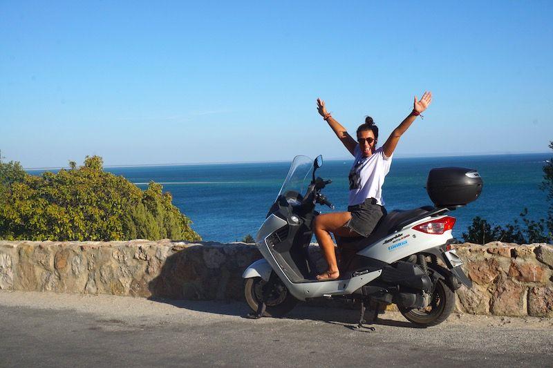 """Inês en nuestra """"Randombike"""": la moto que alquilamos durante los meses de verano para poder andar libremente por Arrábida"""