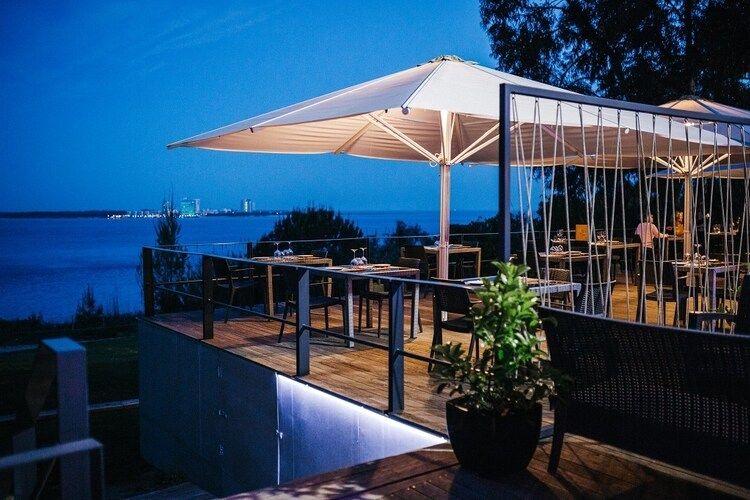 Terraza del restaurante a Vela Branca con Troia al fondo