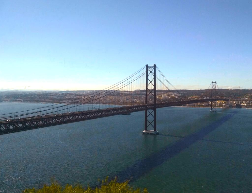 El puente 25 de Abril es uno de los dos puentes que tendrás que cruzar para llegar a Setúbal desde Lisboa