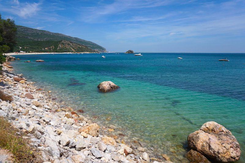 Creiro, Anucha y el mar turquesa desde Portinho da Arrábida