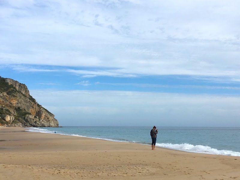 Para encontrar la playa de Sesimbra así, sólo en Otoño o Invierno