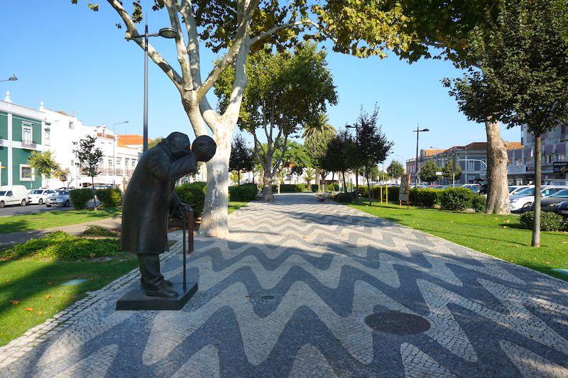 La avenida Luisa Todi se compone de dos carriles de cada lado y en el medio un largo paseo de la bella calzada portuguesa con alguna terraza