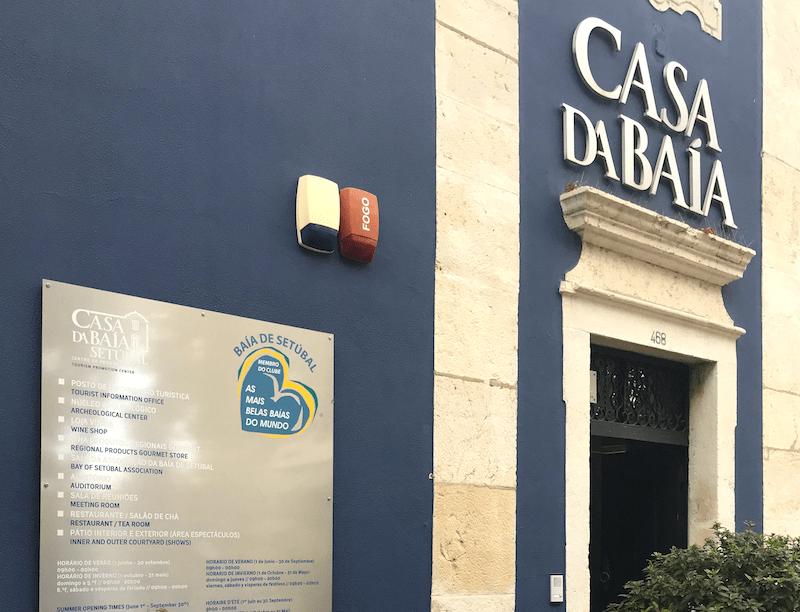La entrada a Casa da Baía en Avenida Luisa Todi