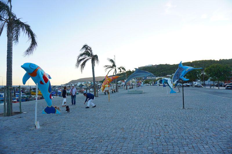 La Avenida José Mourinho, nombrada en homenaje al famoso entrenador setubalense de fútbol, está salpicada por delfines y restaurantes de pescado a la brasa con terraza con vistas al río Sado