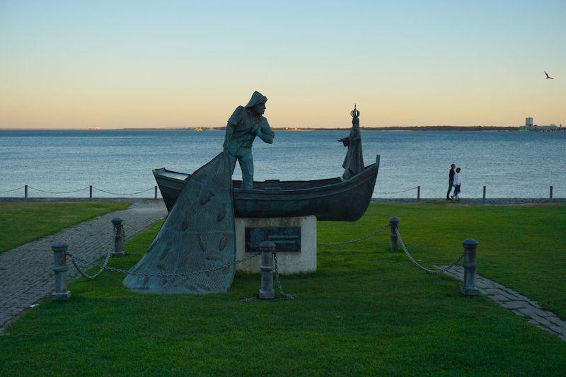 Escultura de pescador a orillas del Sado