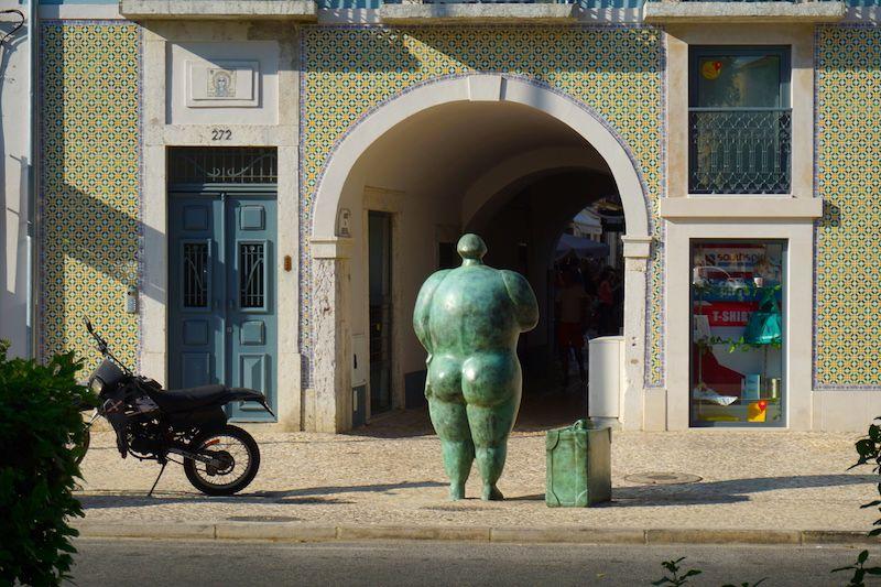 """Escultura de """"El Viajero"""" a la entrada del Largo do Dr. Francisco Soveral"""