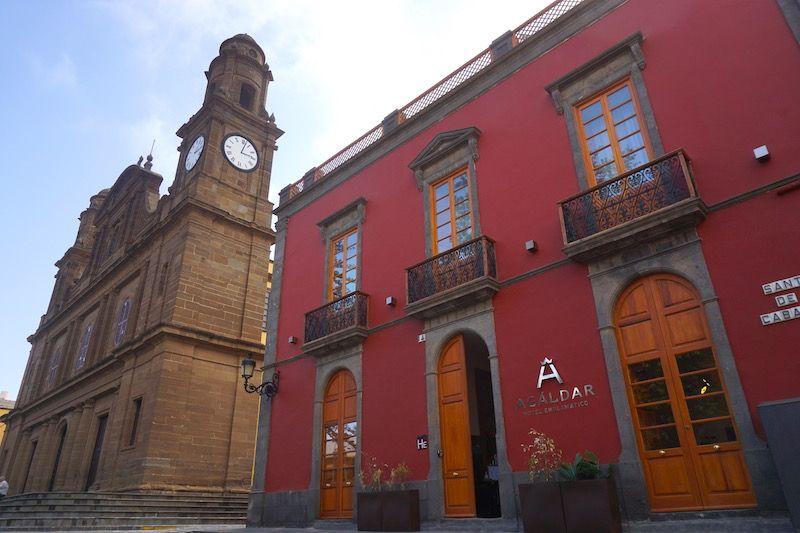 La Iglesia Santiago de Gáldar y el Hotel Agáldar