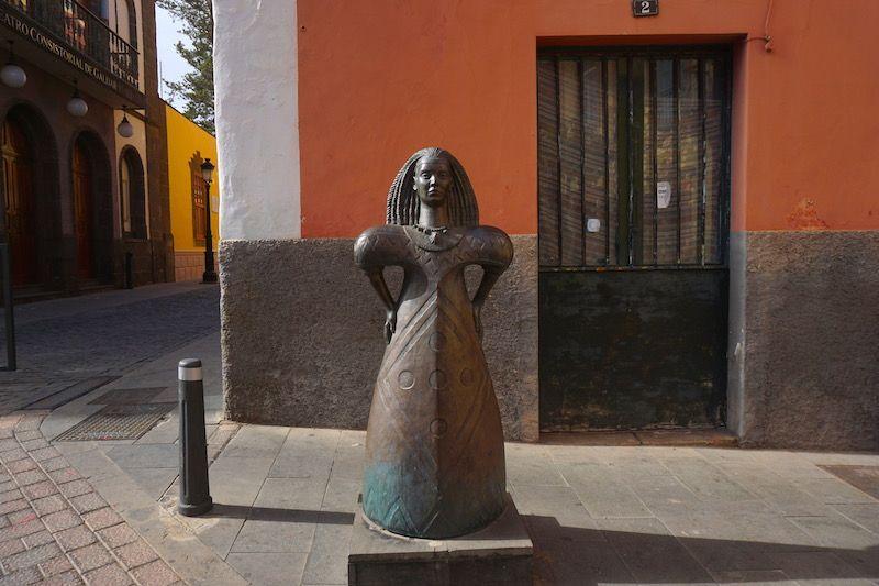Escultura de Arminda, la princesa guanche, frente a la Cueva Pintada,en Gáldar
