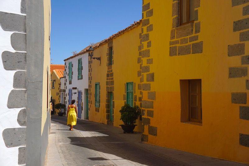 Imprescindible en Agüimes: perderse entre sus callejuelas en tonos pastel