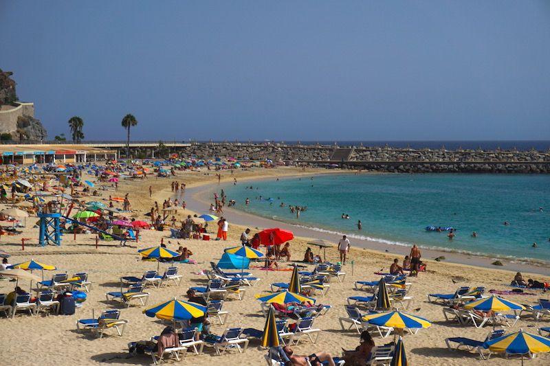 La playa de Amadores no es para nada nuestro tipo de playa pero el agua calentita y cristalina es indiscutible