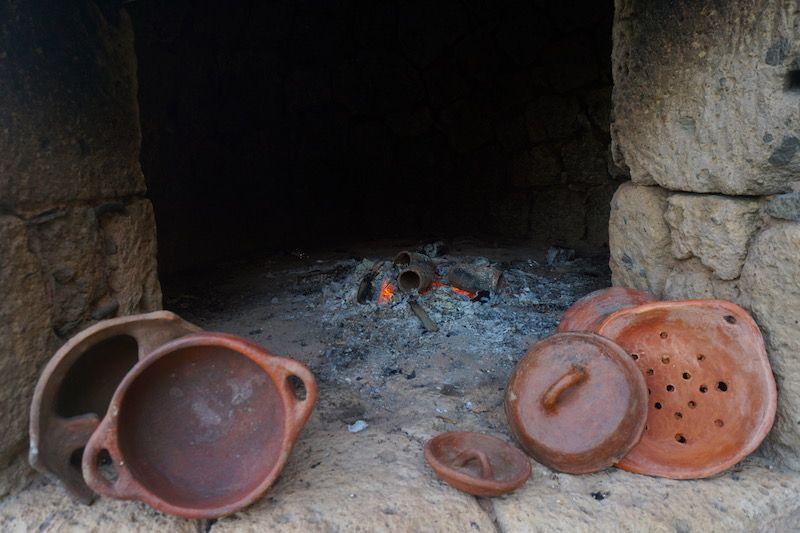 El horno comunitario donde conocimos a La Peña del Barro (una de jarras que está en el horno seria nuestra)