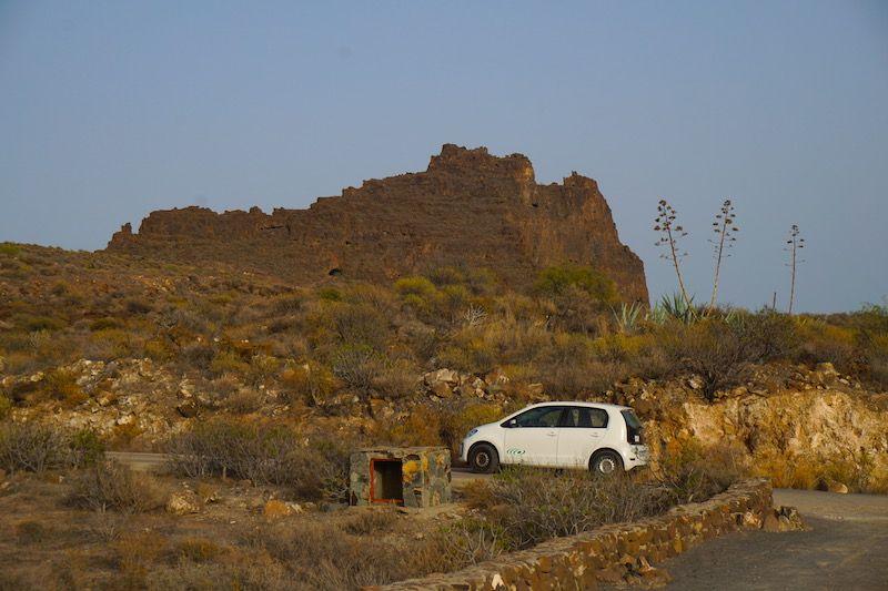 Nuestro coche de alquiler aparcado en frente a la imponente Fortaleza de Ansite