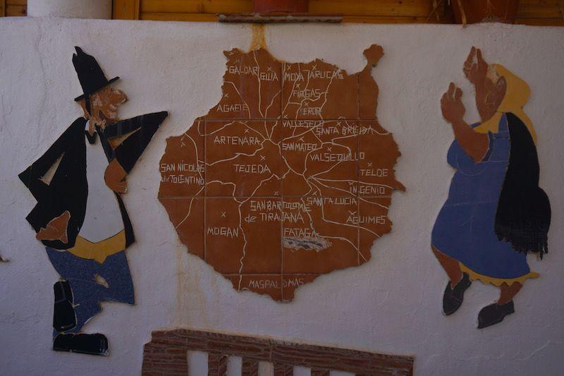 Mapa de Gran Canaria con algunos de sus lugares de interés, en una pared de Fataga
