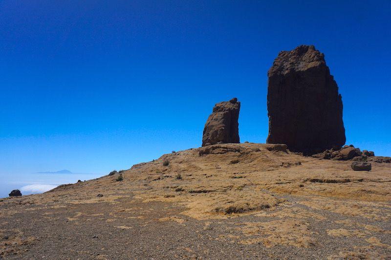 El Teide, a la izquierda, y el Roque Nublo, a la derecha