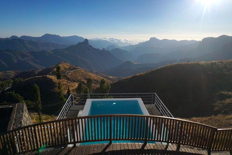 Si quieres darte un capricho y disfrutar de la piscina con las mejores vistas de la isla, reserva aquí.