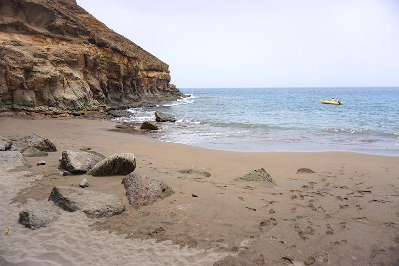 La pequeña playa de Tiritaña del lado izquierdo