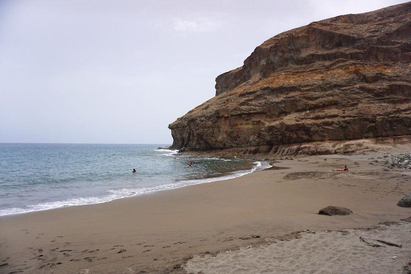 La pequeña playa de Tiritaña del lado derecho