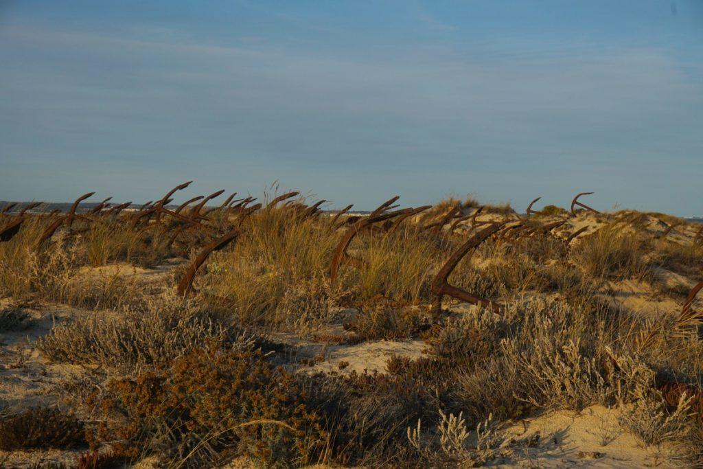 El curioso cementerio de anclas que te encontrarás al llegar a Praia do Barril