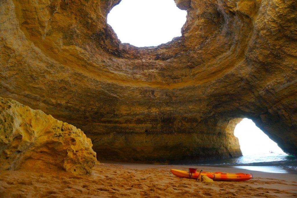 La impresionante, fotogénica y altamente buscada Cueva de Benagil. Sólo conseguimos disfrutarla así de vacía porque era una mañana de u día entre semana de finales de Septiembre del 2020, año atípico para el turismo.