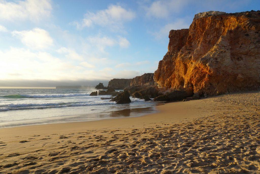 La impresionante y surfera praia do Tonel, desde abajo. Foto Randomtrip