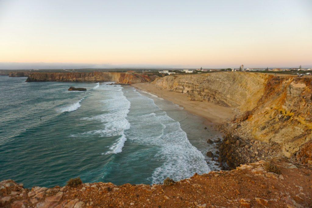 La praia do Tonel desde el acantilado de la Fortaleza de Sagres. Foto Randomtrip