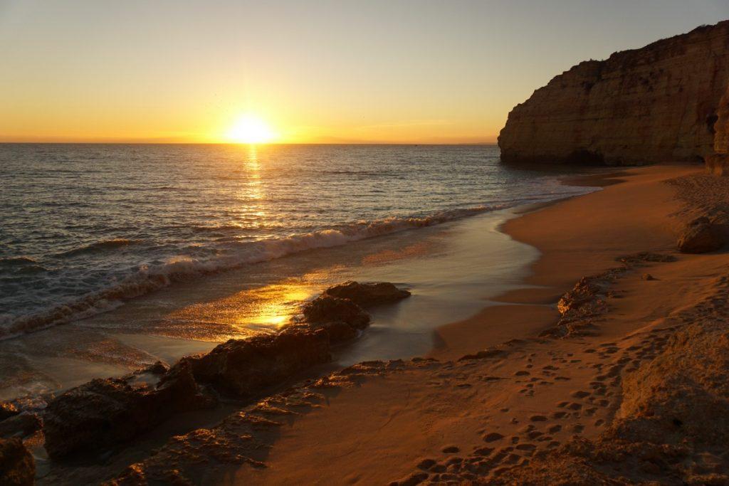 Atardecer en la Praia Vale de Centeanes. Foto Randomtrip