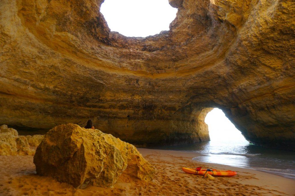 La impresionante (y altamente demandada) Cueva de Benagil: una de las postales de Algarve